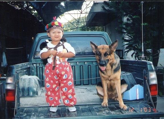 ดูตัวมันสิใหญ่กว่าน้องสาวอีก (รูปน้อง เมือตอน3ขวบ กับน้องหมาที่บ้าน))
