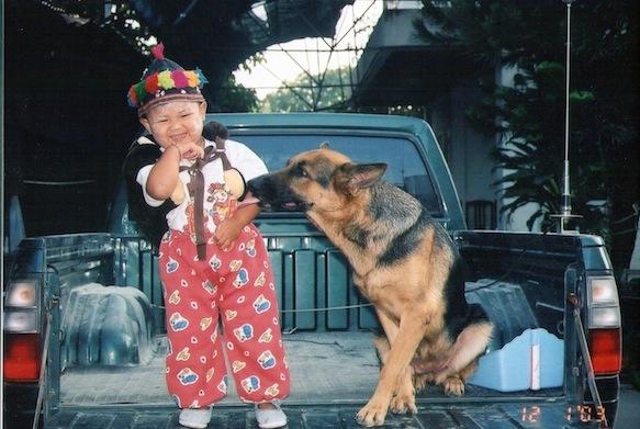 แอ๊กกกมันจากินนู๋ม๊ายเนี่ย >< (รูปน้อง เมือตอน3ขวบ กับน้องหมาที่บ้าน))