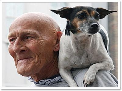 Dogilike.com :: ภาพประทับระหว่างผู้สูงวัยกับน้องหมา