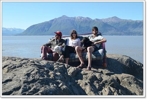 Dogilike.com :: เจ๋งอ่ะ! 3 วัยรุ่นแบกโซฟาพร้อม 2 ตูบตะลอนถ่ายรูปทั่วอเมริกาเหนือ