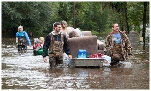 Dogilike.com :: ภาพซึ้ง! ชายฮีโรช่วยชีวิตสุนัขถูกทิ้งช่วงน้ำท่วมในสหรัฐฯ