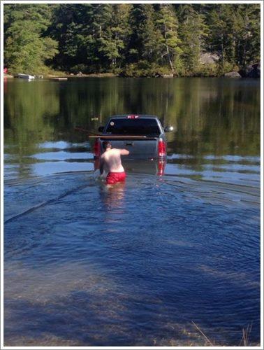 Dogilike.com :: อึ้ง! เจ้าตูบขับรถยนต์พุ่งลงทะเลสาบ หลังเจ้าของปล่อยไว้ลำพัง