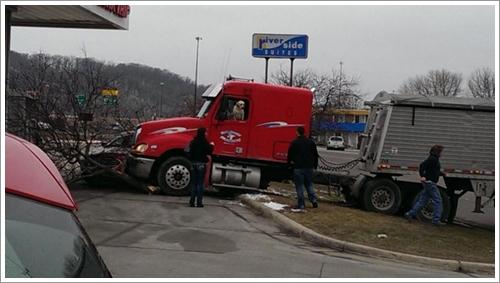 Dogilike.com :: หวาดเสียว! เจ้าตูบถอยเกียร์เกือบพุ่งชนปั๊มแก๊ส หลังเจ้าของปล่อยไว้ในรถ
