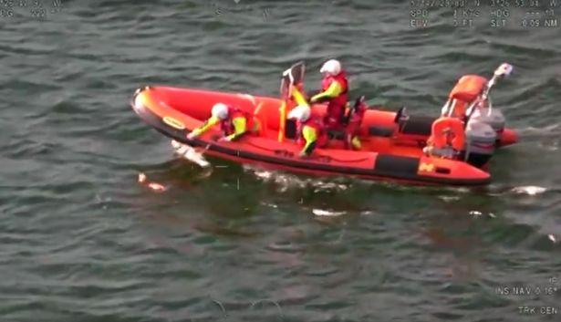Dogilike.com :: ลุ้นระทึก! เจ้าตูบตกทะเลถูกช่วยเหลือ ขณะทีมกู้ภัยชายฝั่งกำลังฝึกซ้อม