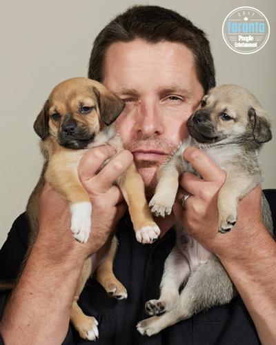 Dogilike.com :: โมเมนต์น่ารัก! เมื่อเหล่าดาราฮอลวีวูดร่วมถ่ายรูปคู่กับเจ้าตูบที่กำลังหาบ้าน