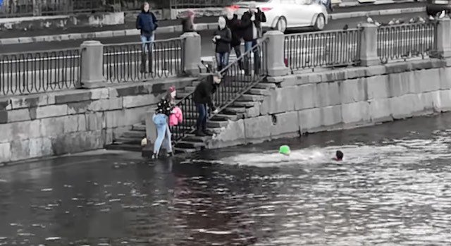 Dogilike.com :: หนุ่มฮีโรช่วยชีวิตเจ้าของพร้อมเจ้าตูบ หลังพลัดตกแม่น้ำเย็นจัด! (มีคลิป)