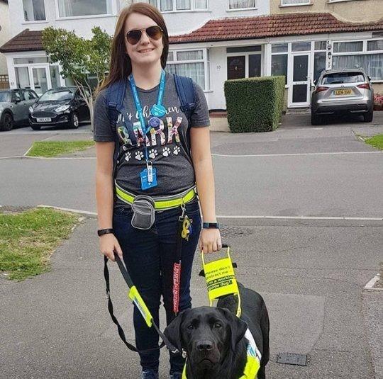 Dogilike.com :: สาวตาบอดถูกไล่ลงรถบัสโดยสาร เพียงเพราะสุนัขนำทางของเธอตัวสีดำ