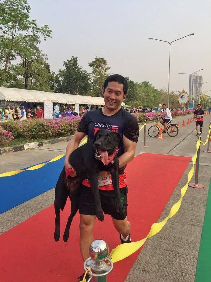 Dogilike.com :: สัมภาษณ์พิเศษ ... พ่อติ๊ดตี่ - น้องชะอม เจ้าของภาพอุ้มหมาวิ่งมาราธอนที่โด่งดังในโซเชียล