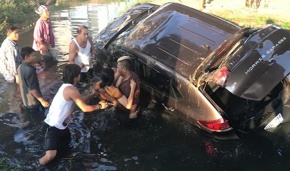 Dogilike.com :: นาทีระทึก! รถตกคูน้ำใกล้กองถ่าย ทีมงาน-ดารา เข้าช่วยเหลือคนขับและหมา โชคดีปลอดภัยคู่