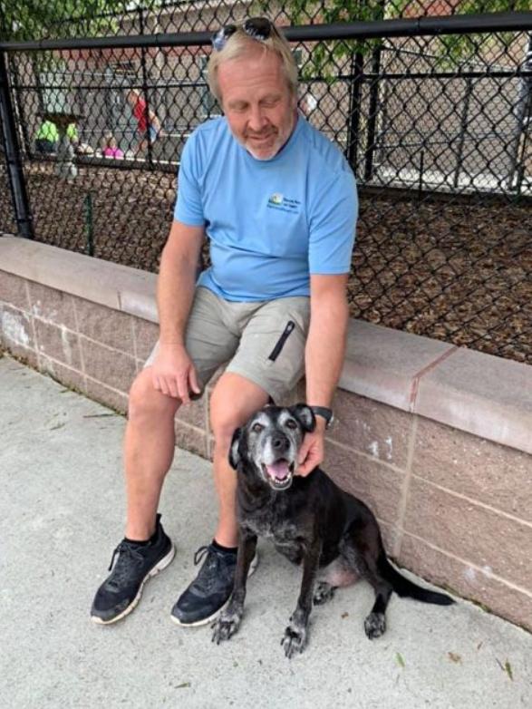 Dogilike.com :: สุดเศร้า ลุงวัยเกษียณถูกยึดบ้าน จำใจยกหมาสุดรักให้สถานสงเคราะห์ดูแล