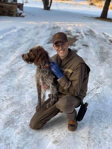 Dogilike.com :: หนุ่มส่งของ UPS เจอตูบตกธารน้ำแข็ง รีบเข้าช่วยจนรอดตาย !