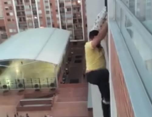 Dogilike.com :: นาทีระทึก! หนุ่มฮีโรเสี่ยงชีวิตช่วยตูบกำลังจะตกระเบียง