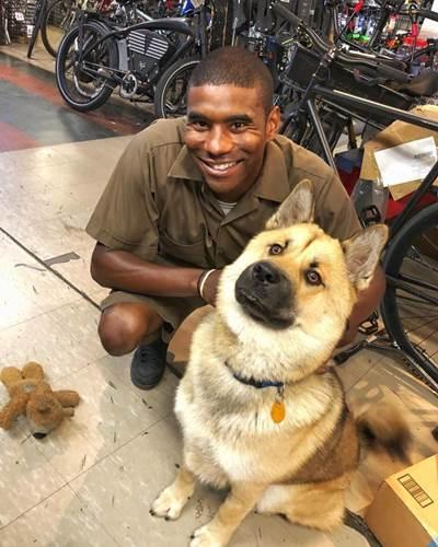 Dogilike.com :: สีสันวันทำงาน! หนุ่มส่งของ UPS ถ่ายรูปกับสุนัขทุกตัวที่ได้เจอ