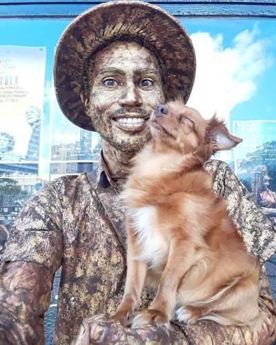 Dogilike.com :: เก่งเกินหมา! ตูบแสนรู้ร่วมโชว์เปิดหมวกกับเจ้าของ ทำตัวแข็งเป็นรูปปั้นมีชีวิต