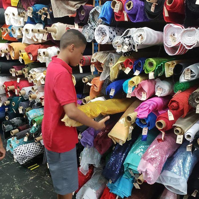 Dogilike.com :: เด็ก 12 ปี เย็บโบว์หูกระต่ายให้ตูบไร้บ้าน ให้ดูน่ารักเพิ่มโอกาสถูกรับเลี้ยง!