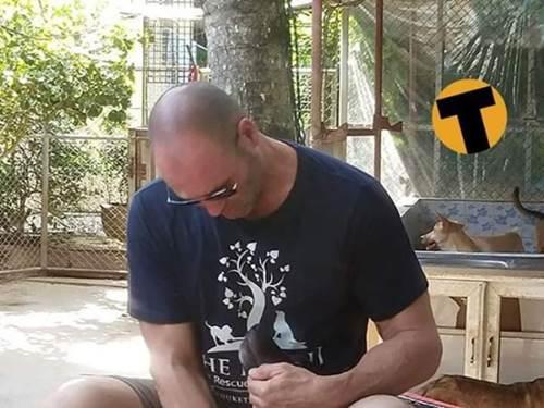 Dogilike.com :: น่ารัก! เจสัน สเตแธม นักแสดง Fast & Furios 9 เยี่ยมศูนย์พังพิงฯ ในไทย!