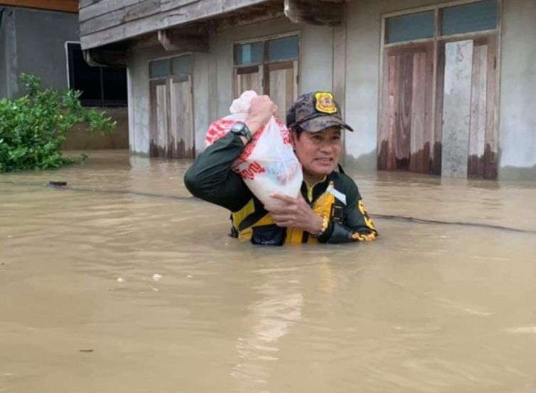 Dogilike.com :: เพราะทุกชีวิตมีค่า �ไทด์ เอกพัน� นำทีม ช่วยชีวิตน้องหมา หนีมวลน้ำท่วม