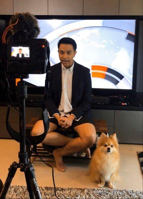 Dogilike.com :: น่ารักไปอีก ผู้ประกาศ TPBS รายงานข่าวจากที่บ้าน มีน้องมานั่งใกล้ ๆ คอยให้กำลังใจ