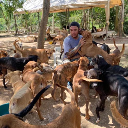 Dogilike.com :: ใจหล่อมาก! หนุ่มเปิดบ้านพาสัตว์ 300 ตัว หลบเฮอริเคนเดลต้า