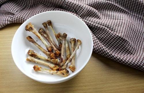 Dogilike.com :: วิธีรับมือเมื่อน้องหมาแอบกินกระดูกไก่ เราจะทำอะไรได้บ้าง?