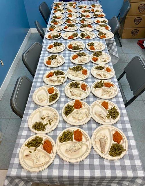 Dogilike.com :: คู่รักทำมื้อพิเศษเซอร์ไพรส์ตูบไร้บ้านกว่า 80 ตัวในวันขอบคุณพระเจ้า!
