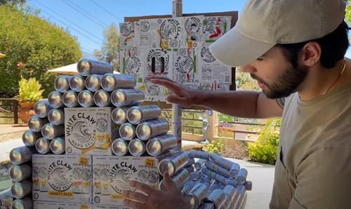 Dogilike.com :: เจ๋งสุดๆ! หนุ่มยูทูปเบอร์ปิ๊งไอเดียสร้างเรือให้ตูบด้วยกระป๋องน้ำ