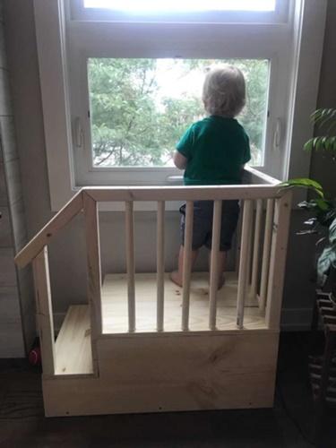 Dogilike.com :: น่ารักมาก! คุณพ่อสร้างขั้นบันไดจิ๋วให้ลูกชมวิวนอกบ้านกับพี่หมา