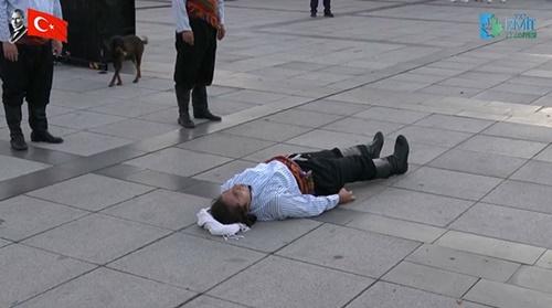 Dogilike.com :: น่ารัก! เจ้าตูบแย่งซีนเข้าไปนอนซบนักแสดงเปิดหมวกในตุรกี