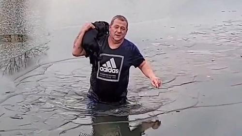 Dogilike.com :: คุณพ่อใจกล้า! กระโดดลงทะเลสาบน้ำแข็งช่วยชีวิตเจ้าตูบ