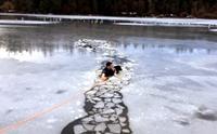 ตำรวจหนุ่มฮีโร !! กระโดดทะเลสาบน้ำแข็งช่วยชีวิตตูบจมน้ำ