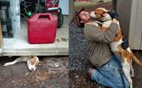หนุ่มช่วยสุนัขตัวติดใต้อาคาร งานนี้ไม่ได้ช่วยแค่สุนัขตัวเดียว !!