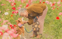 ช่างภาพชื่อดังเผยแรงบันดาลใจ จากการสูญเสียสู่เซตภาพอบอุ่นของคุณยายและน้องหมา