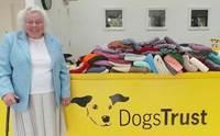 อบอุ่นใจ! คุณย่าวัย 89 ปี ถักผ้าห่ม 450 ผืนให้สุนัขไร้บ้านในอังกฤษ