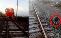 นาทีชีวิต! คนขับหยุดรถไฟกะทันหัน ช่วยชีวิตตูบถูกล่ามโซ่ทิ้งไว้บนราง (คลิป)