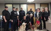 อังกฤษให้แก๊งสุนัขบำบัดมาช่วยลดความเครียดให้เจ้าหน้าที่ตำรวจ!
