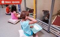 ความสุขสร้างได้...เมื่อเด็ก ๆ อาสาอ่านหนังสือให้น้องหมาไร้บ้านฟัง