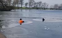 หนุ่มฮีโร! กระโดดลงทะเลสาบน้ำแข็ง ช่วยชีวิตสุนัขกำลังจมน้ำ