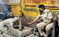 ไวรัลน่ารัก ภาพพี่ตำรวจอินเดียให้น้ำน้องหมาจรฯ!
